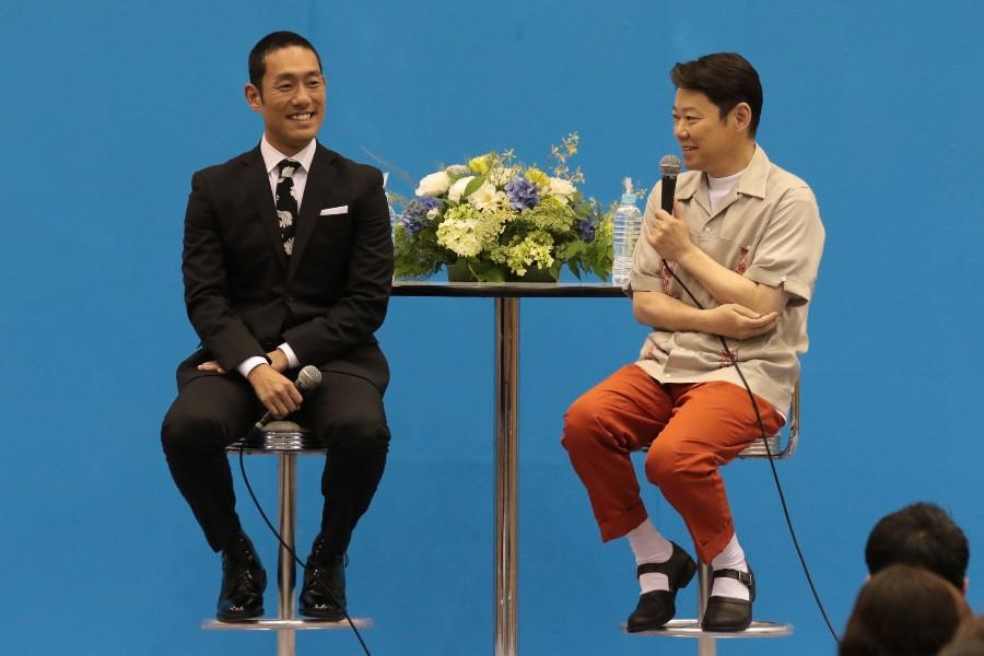 いだてんの『トークツアー』に出演した中村勘九郎(左)と阿部サダヲ(6月30日・京都市市民スポーツ会館)