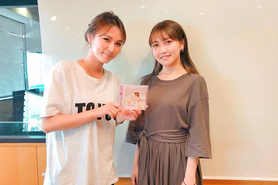 FM OH!『LOVE FLAP』にゲスト出演した井上苑子(右)、左はDJの赤松悠実(5日・大阪市内)