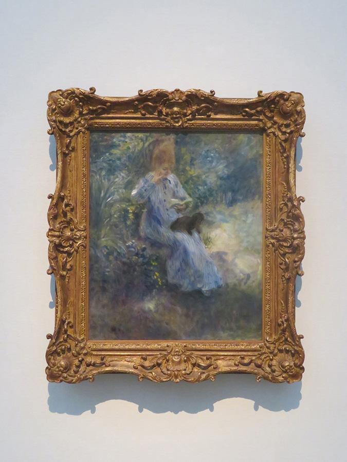 ピエール=オーギュスト・ルノワール《庭で犬を膝にのせて読書する少女》1874年 油彩/カンヴァス 吉野石膏コレクション