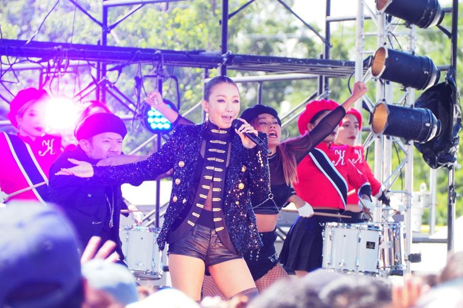 「てんしば」のステージでHANAZONO応援ソングを熱唱する倖田來未(15日・大阪市内)