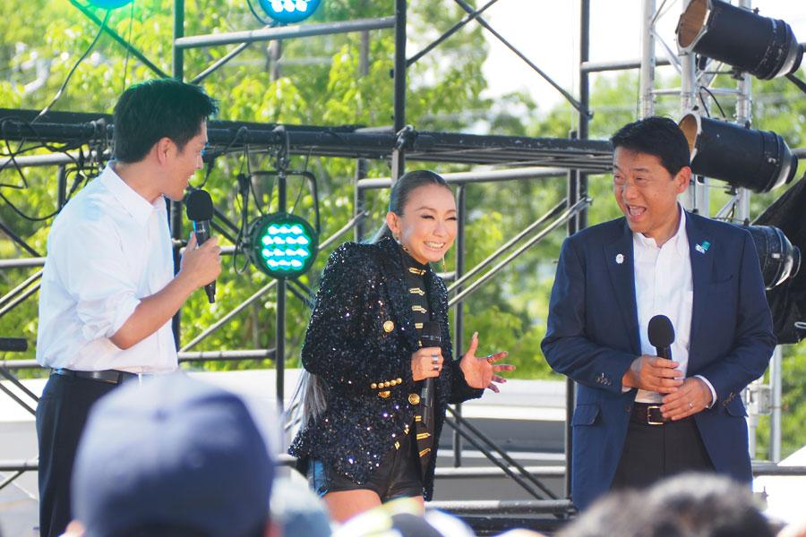 吉村府知事、野田東大阪市長に囲まれ、ホッとした表情を見せる倖田來未(15日・大阪市内)