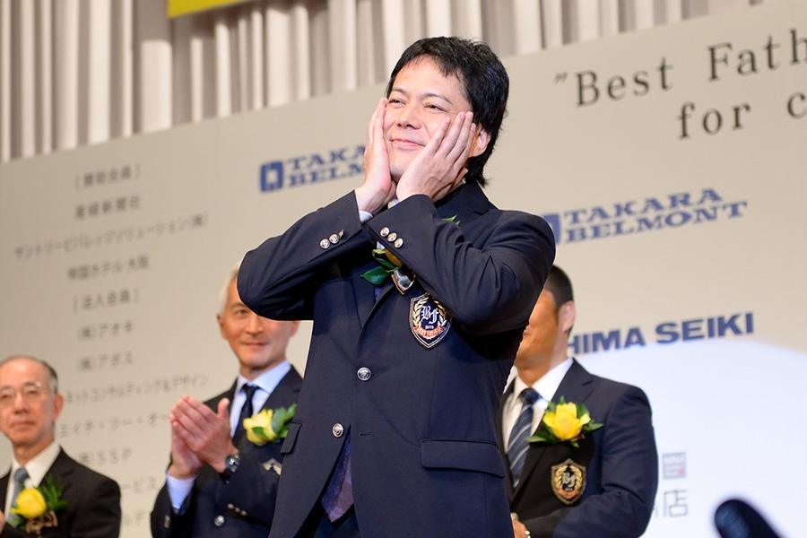 『2019年 第13回ベスト・ファーザー賞 in 関西』芸能部門を受賞したシャンプーハットこいで(13日・大阪市内)