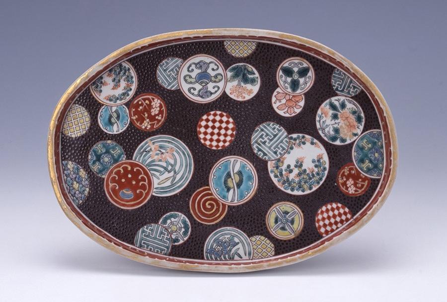《色絵祥瑞草花文楕円皿》1780~1800年代 高取紀子氏寄贈 佐賀県立九州陶磁文化館蔵