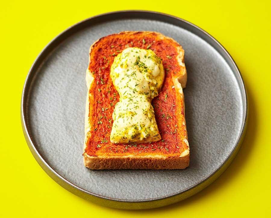 「ルビアン」の前方後円墳パン260円。山型食パンにポテトサラダやチーズをのせて。6月30日から7月31日まで販売