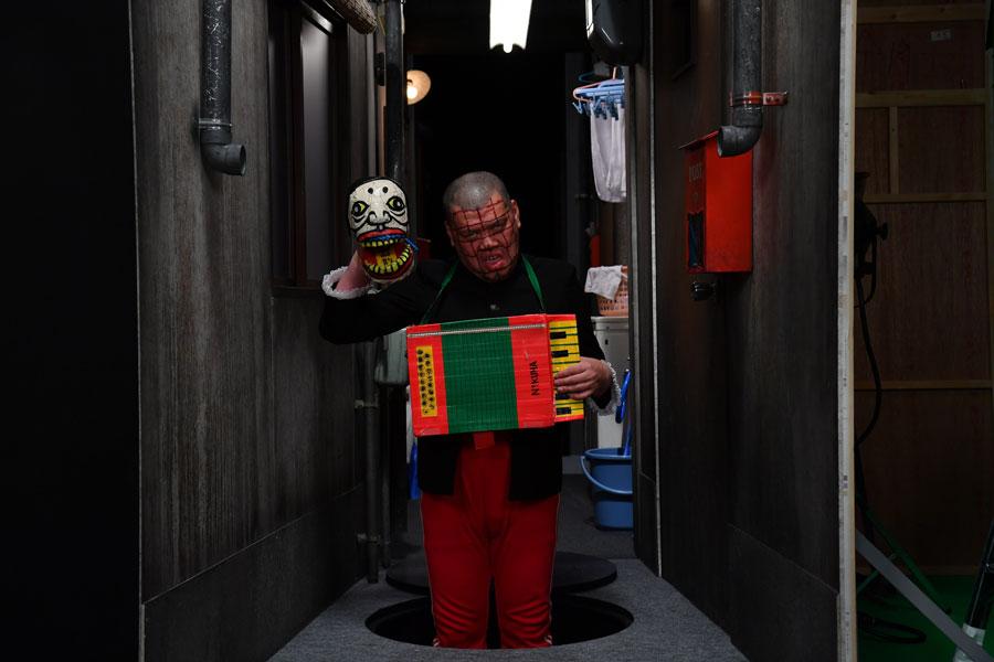 ズズズ・・・と不気味な音を立て、マンホールが開くと現れたのはナゾの男。