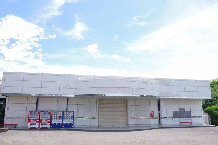 例年「ぷーるらんどRiO」の入り口となる園内のイベントホールはシャッターが下りている