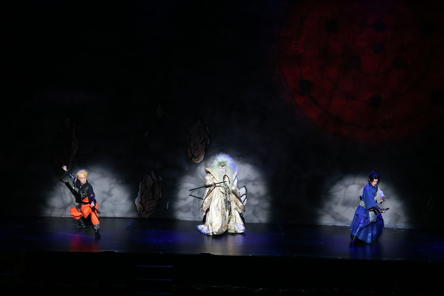 中村梅玉演じるマダラ(センター)とナルト(坂東巳之助)、サスケ(中村隼人) ©岸本斉史 スコット/集英社・『NARUTO-ナルト-』歌舞伎パートナーズ