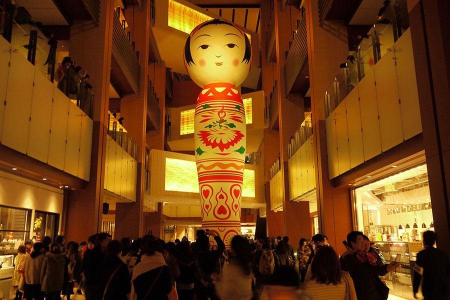 ゲストアーティスト「Yotta」による、高さ12mの巨大こけし『花子』も会場に登場(写真は別の会場)