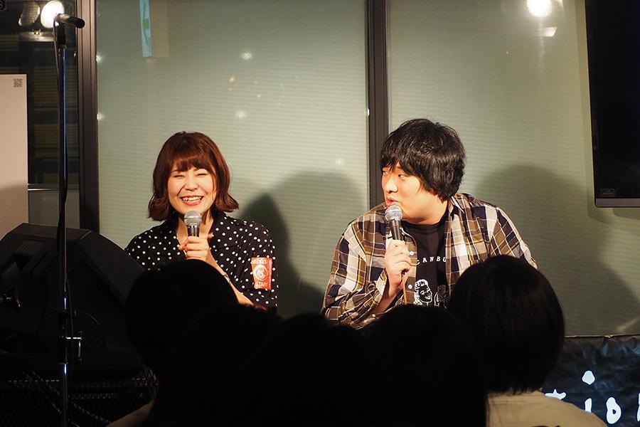 ラジオの公開収録に登場した(左から)マネージャー松下さん、岡崎体育(18日・京都タワーサンド)