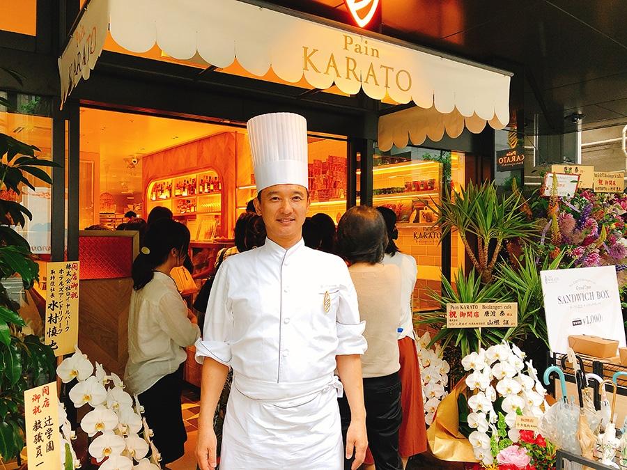 堺筋に面した店頭でお客を迎える、オーナーシェフの唐渡 泰さん