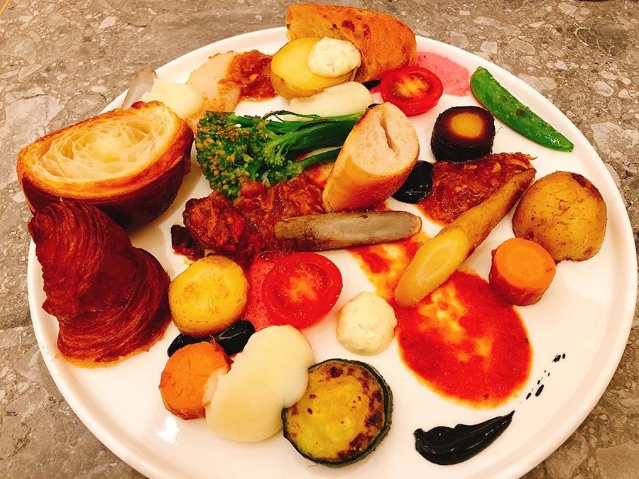 11時からのセットメニューのひとつ「パンと野菜の遊園地」(1080円)は、各野菜の持ち味が最大限に生かされ、甘みや酸味などいろんな味わいがひと皿に凝縮されている