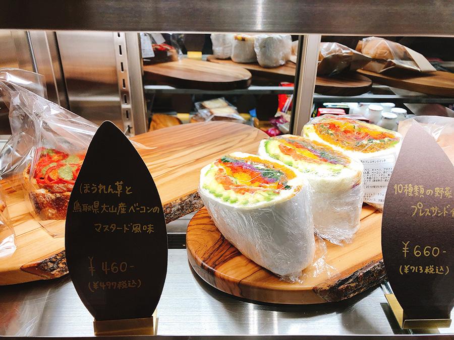 色とりどりの野菜が「萌え断」。10種類の野菜のプレスサンドイッチ713円など、サンドイッチやタルティーヌもそろう