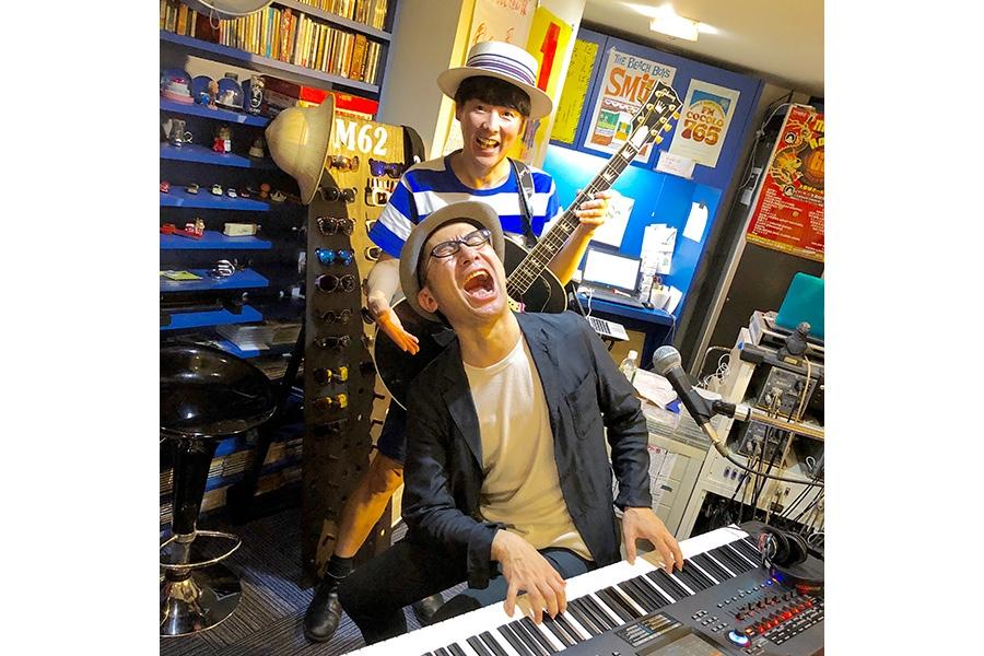 FM COCOLO『MARK'E MUSIC MODE』にて、リクオ(手前)とカジヒデキ(18日・大阪市内)