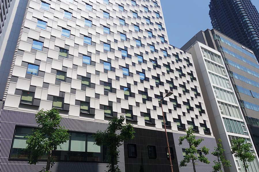 堺筋線・北浜駅から徒歩1分。1階にはベーカリーカフェ「パンカラト ブーランジェリーカフェ」
