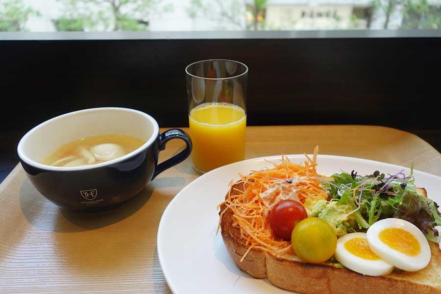 朝食は、ブッフェスタイル。トーストにサラダや肉料理をのせてオープンサンドを楽しめる。1200円