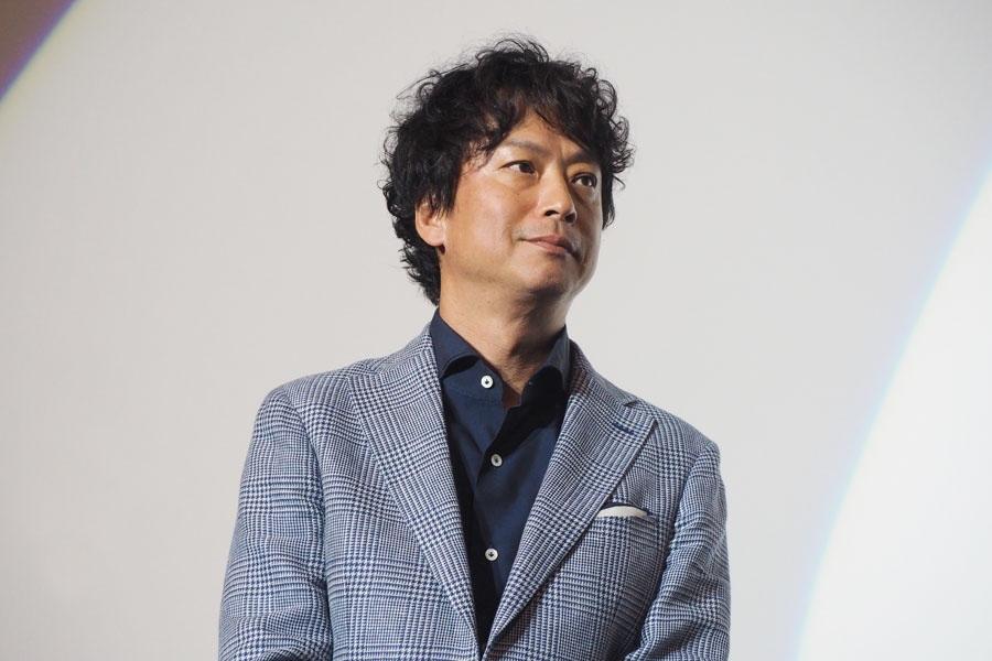 「三重の伊賀上野というところで18歳まで暮らしまして。普段関西弁なんですよ」と、関西弁で話し始めた椎名桔平(10日・大阪市内)