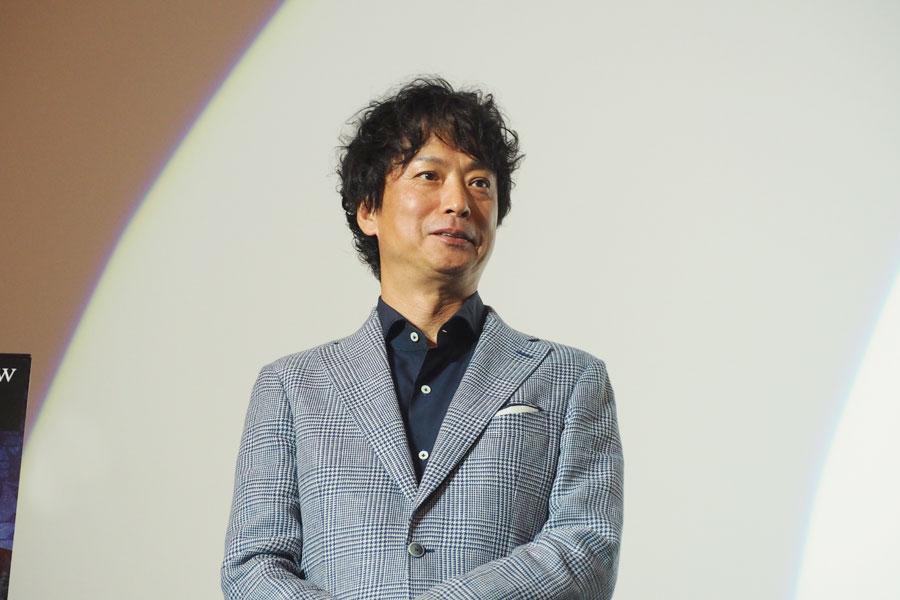 演技を久坂部氏に絶賛され、少し照れる椎名桔平