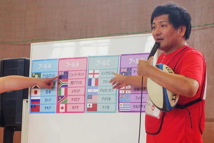 『ラグビーワールドカップ2019』について解説するスリムクラブの真栄田賢(16日・大阪市内)