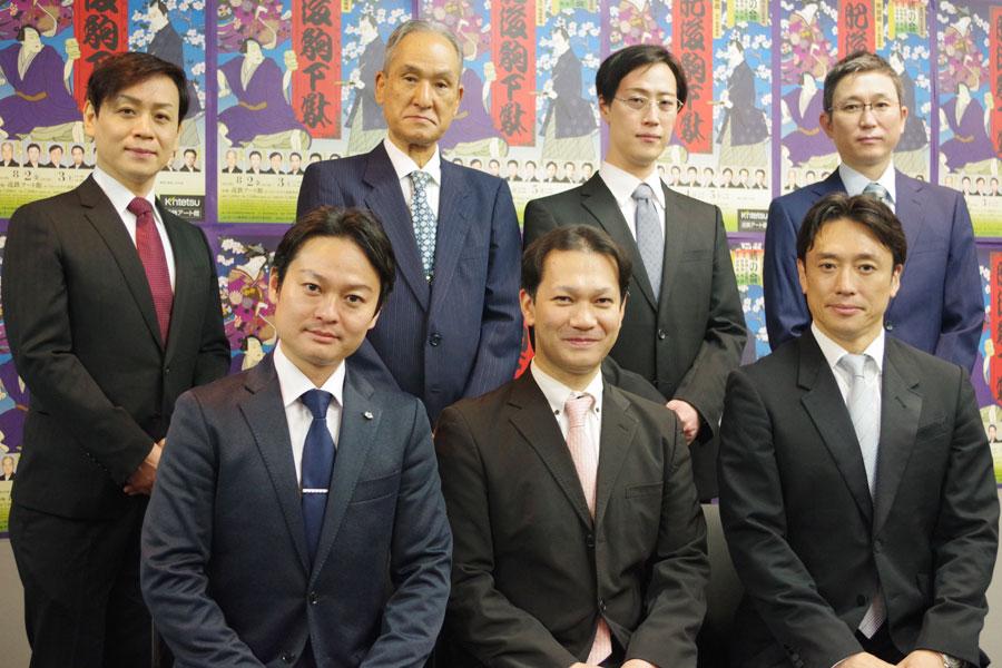 前列左から片岡千壽、千次郎、松十郎、後列左から片岡當史弥、當十郎、りき彌、佑次郎