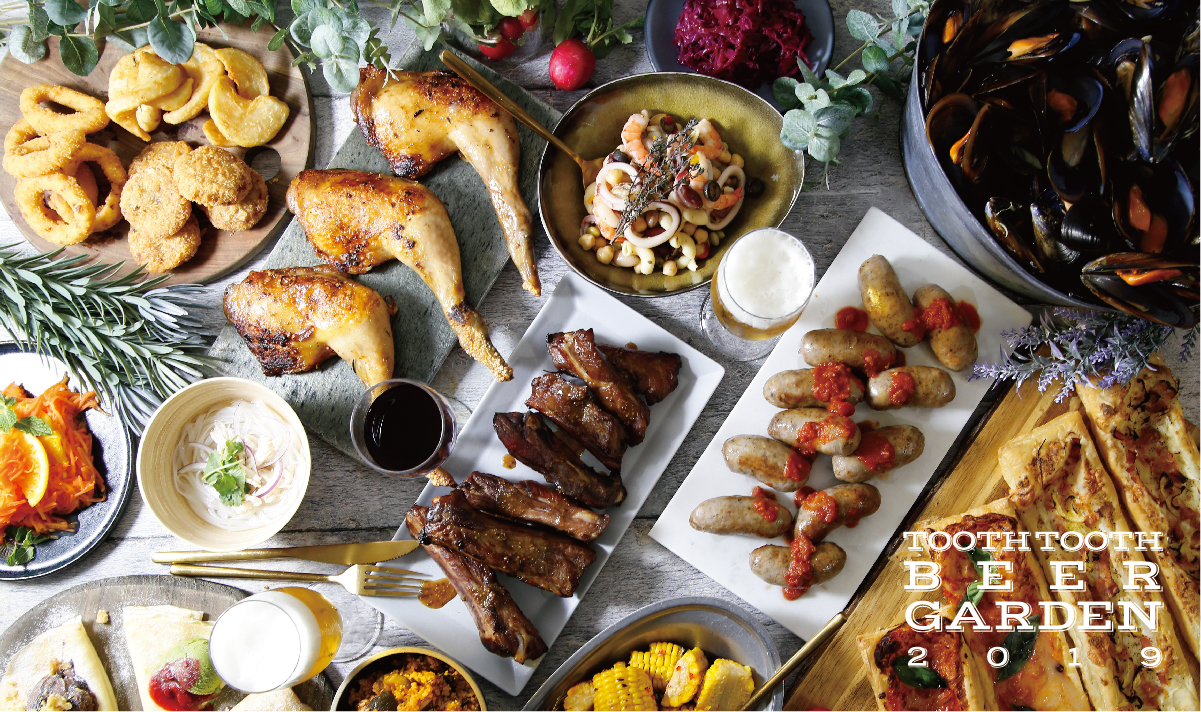 ロティサリーチキンや淡路オニオンリングフライ、ムール貝のワイン蒸しなど多彩なフードとともに、ワインやサワー、サングリアなどビール以外のドリンクも楽しめる(フードメニューは時期により異なる)