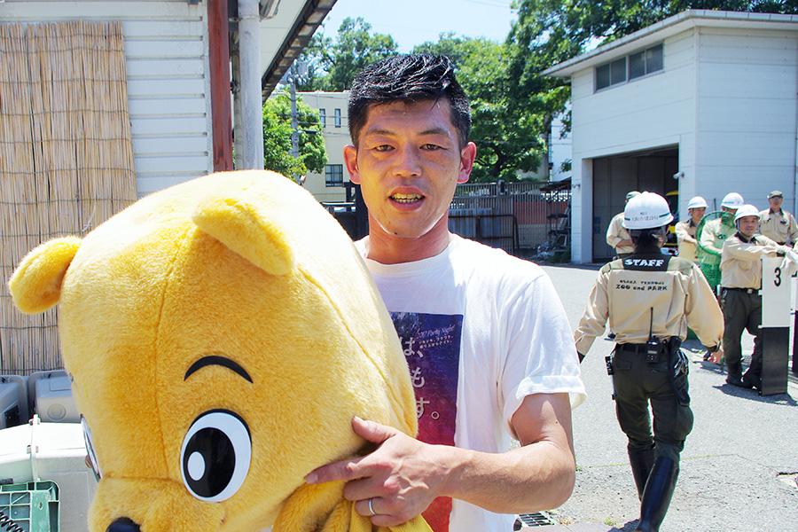 マレーグマ役を担った飼育員・藤本哲紀さん(40歳)。保冷剤を体に張り付け、スタミナ勝負の業務となった(13日・大阪市)