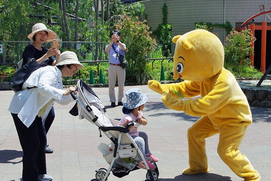 実際のマレーグマは猛獣だが、小さい子どもにはやさしい訓練のクマ(13日・大阪市内)