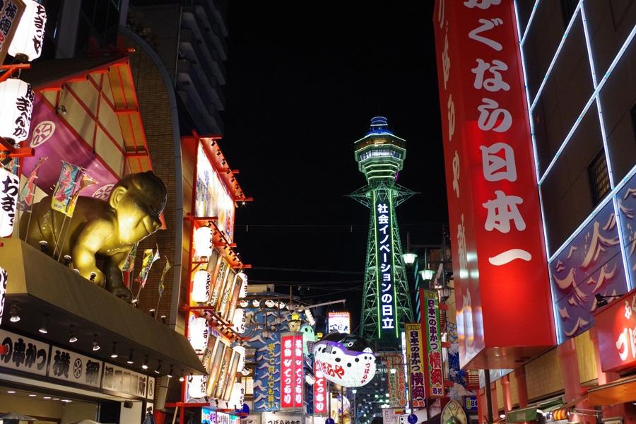 大阪を象徴するエリアのひとつ、新世界に鎮座する「通天閣」(夜の風景)