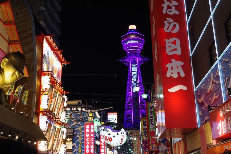 活気あふれる夜の繁華街・新世界に浮かび上がる「通天閣」