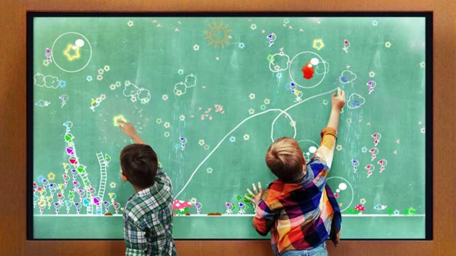 チームラボによる「小人が住まう黒板」が無料で楽しめる