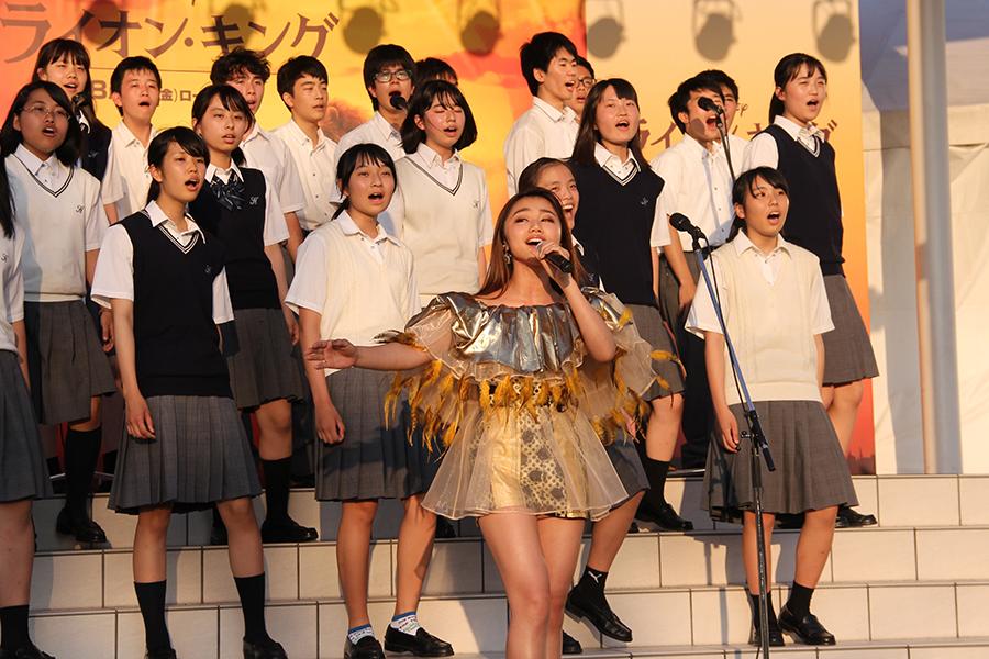 近畿大学付属高等学校コーラス部の面々とともに、楽曲「サークル・オブ・ライフ」を熱唱するRIRI(30日・吹田市内)