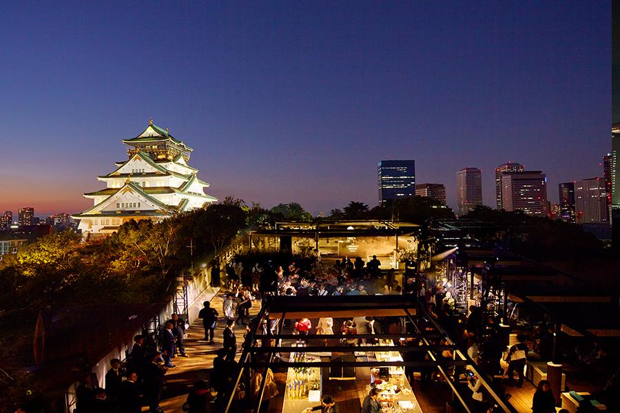 舞台となるのは、大阪城を望む屋上BBQレストラン「BLUE BIRDS ROOF TOP TERRACE」