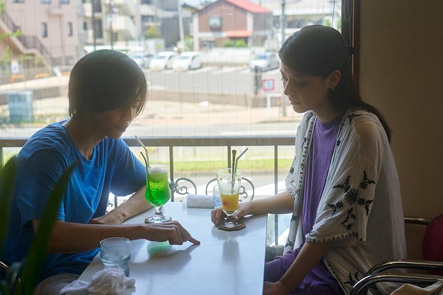 潤一と映子が喫茶店で話すシーン。この後ふたりはホテルに行ってしまう