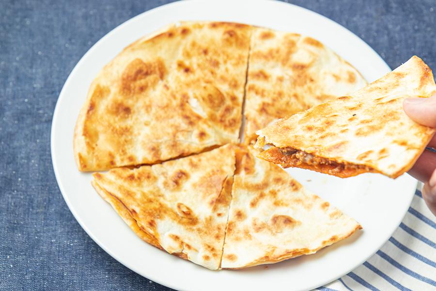香ばしく焼いた生地に、チーズや肉などの具材をはさむ「ケサティージャ」