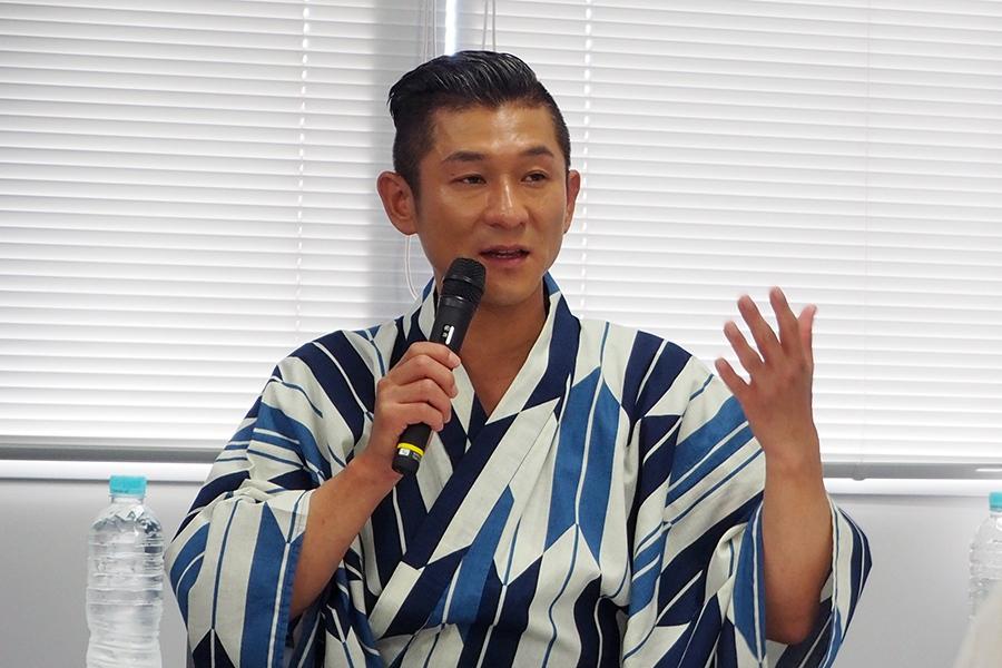 詐欺への認識を説いた笑い飯・哲夫(25日・大阪市内)