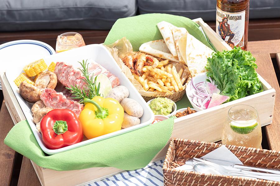 カリブ海料理に加えて、生野菜や肉、ソーセージなどBBQ食材が提供される「BBQ BOX」(3900円〜・ひとり)