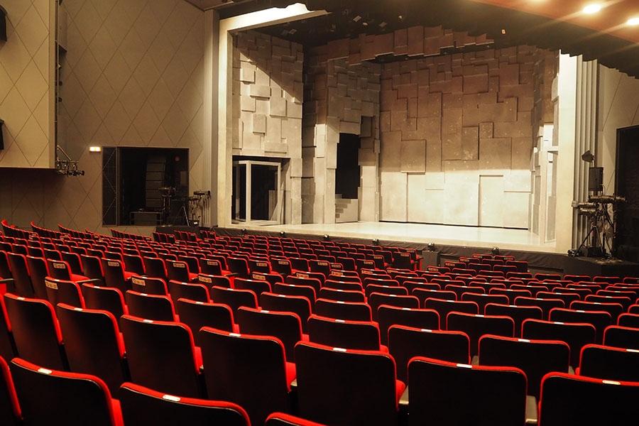 リニューアルに伴い座席数も増えた。1階から3階までと、3階にある半立ち見席を合わせて808席に