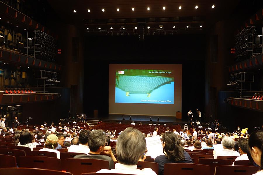 パブリックビューイングを開催中のフェニーチェ堺。待ち時間は、各国の世界遺産の映像が流れている。待ち時間が長そうなため、いったん退出する人も