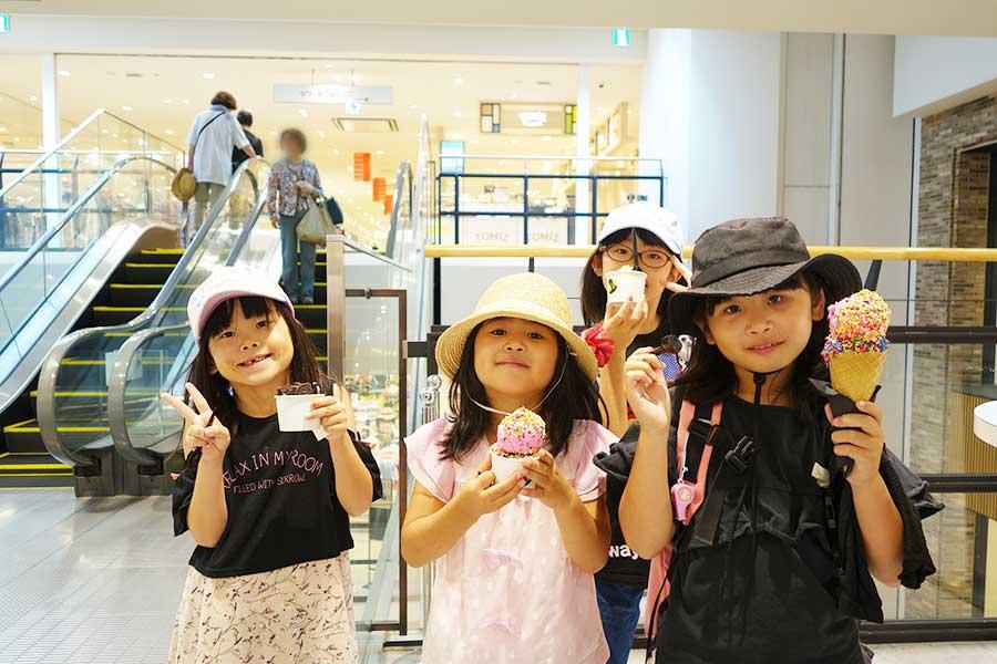 好きなアイスとトッピングを選べる岡山の「クレイジーアイスクリーム」を楽しんでいた子どもたち