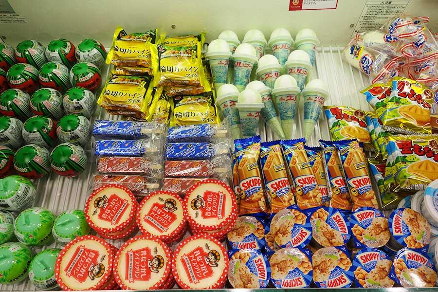 「懐かしアイスコーナー」では、100円前後のアイスがラインアップ