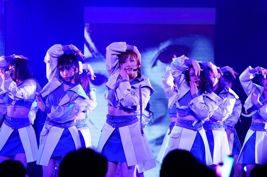 迫力のあるダンスパフォーマンスを披露するAKB48(7日・NHK大阪ホール)©AKS