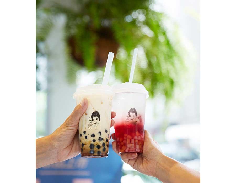「日常茶間 by Don't Yell At Me」のローゼルはちみつ菊茶+小芋園と黒糖タピオカミルク
