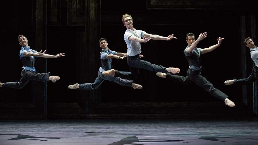 「まるで彫刻みたい」と真飛が絶賛したダンサーたち Photos: Gert Weigelt