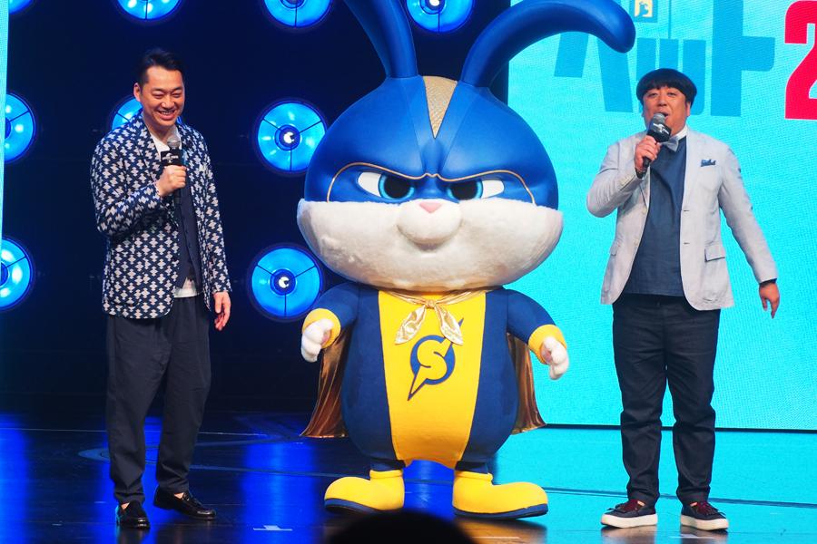 映画『ペット2』公開記念イベントに登場したバナナマン(左から設楽統、日村勇紀)キャプテンスノーボール(6日/ユニバーサル・スタジオ・ジャパン)
