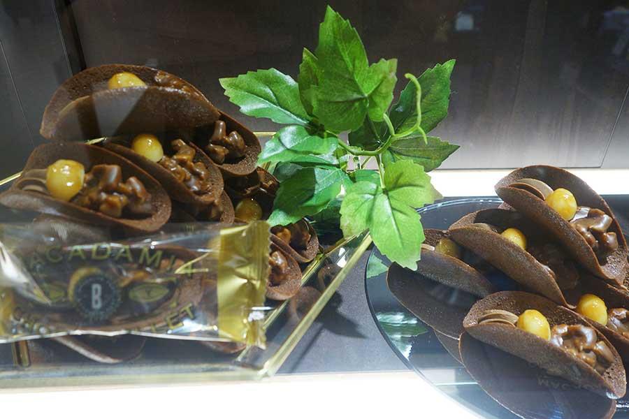 サクサクのラングドシャに濃厚クリーム。マカダミアナッツの食感がアクセントの「マカダミアチョコバレット」