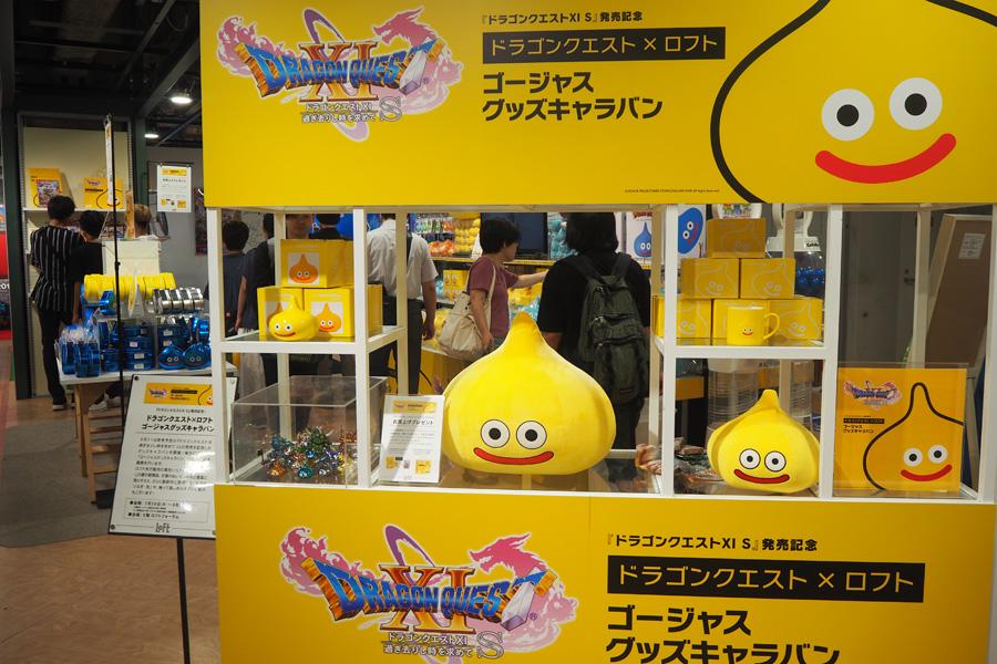 ロフト先行販売の黄色いレモンスライムグッズは、ぬいぐるみ、パスケース、マグカップなどが揃う