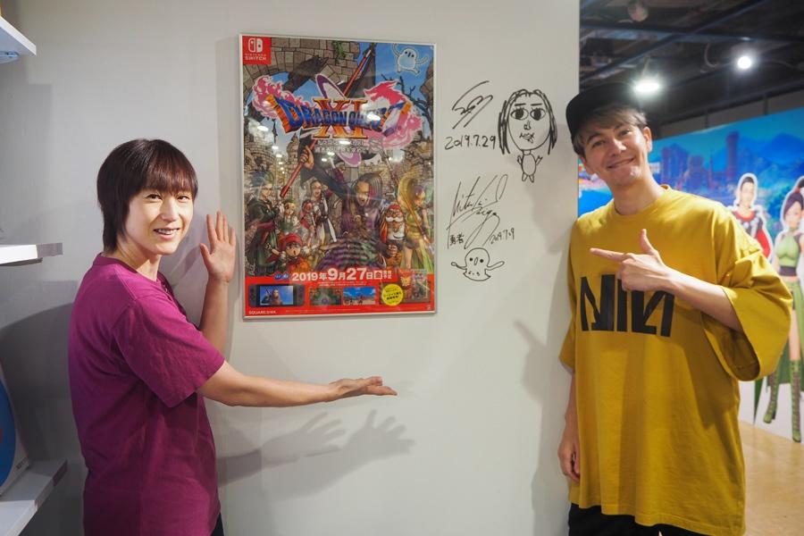 グッズ会場にサインを残した斎賀みつきと、ドラクエファン代表のJOY(29日・大阪市内)