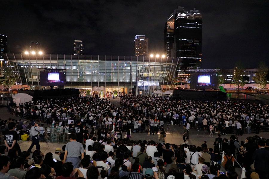 観賞エリアは総立ちになるほどファンが詰めかけた大阪会場の「グランフロント大阪 うめきた広場」(7月6日・大阪市内)