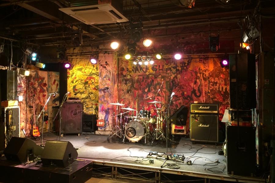 「十三ファンダンゴ」のステージ。壁のペイントが印象深い