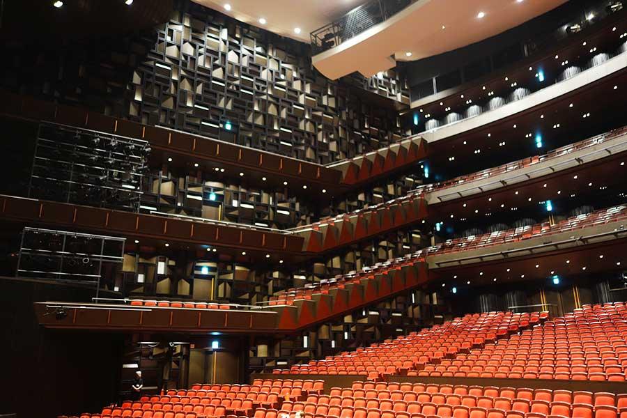大ホール。反響を計算された壁面や天井。どの席からも観やすいように、1〜4階の席はすべて舞台から35m内になるよう設計されている