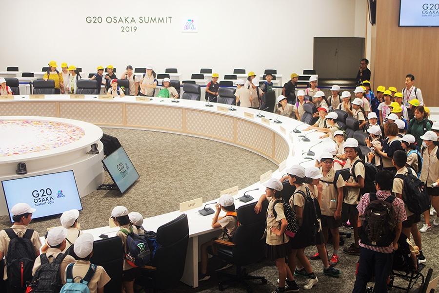 一般公開された『G20大阪サミット』の本会議場、お目当ての首脳の席に座る児童たちは大興奮(2019年7月2日撮影・大阪市内)